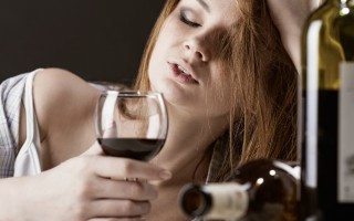 Женский алкоголизм: чем опасен и как с ним бороться?