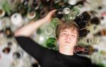 Сын алкоголик: что делать родителям и как себя вести